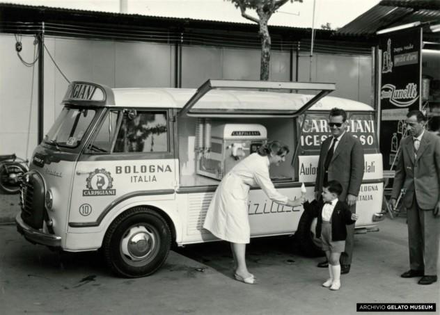 Automezzo-Carpigiani-con-a-bordo-macchina-soft-alla-fiera-di-Bologna-1958-Archivio-Gelato-Museum-RGB-1024x734