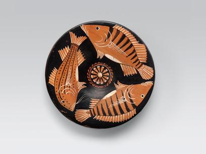 Piatto-da-pesce-Ceramica-apula-a-figure-rosse-330-310-a-dot-C-da-Ruvo-Collezione-Intesa-Sanpaolo